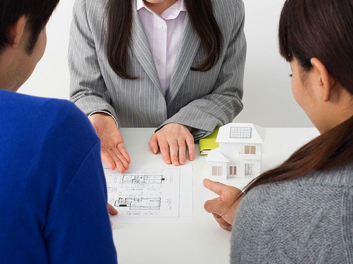 図面を指し示しながら説明する担当者とそれを聞く夫婦